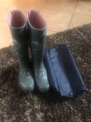 Rongee women size 8 rain boots / bag for Sale in Moreno Valley, CA