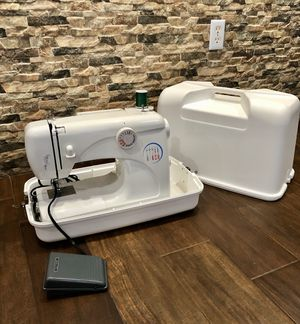 ****LIKE NEW!!!! WHITE 3032 SEWING MACHINE + SEWING MACHINE CARRYING CASE **** for Sale in Cutler Bay, FL