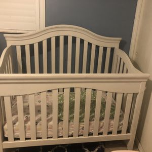 White Wooden Crib with Mattress, Mattress Cover, and two sheets for Sale in Hollywood, FL