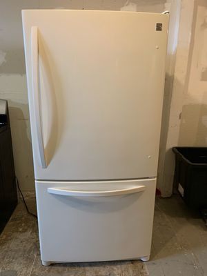 Kenmore Bottom freezer refrigerator with ice maker fully functional very clean for Sale in Lakewood, CA