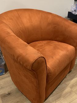 Nice Orange Chair Comfortable for Sale in Calabasas,  CA