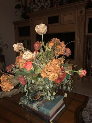 High end beautiful silk arrangement with gorgeous vase! for Sale in St. Petersburg, FL