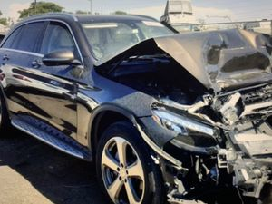 2018 MERCEDES GLC300 FOR PARTS ONLY for Sale in Hialeah, FL