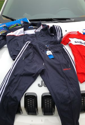ADIDAS JOGGING FIT (MENS) MEDIUM for Sale in Cleveland, OH