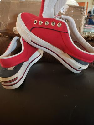 TOMMY HILFIGER RED HEEL OUT TENNIS SHOE for Sale in Miami, FL