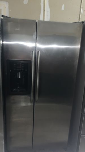 GE SIDE BY SIDE STAINLESS STEEL REFRIGERATOR IN GOOD CONDITION for Sale in Elkridge, MD