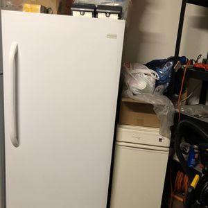 White Frigidaire Upright Freezer for Sale in Olivehurst, CA