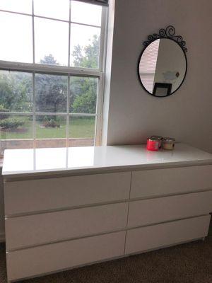 Dresser + mirror for Sale in Detroit, MI
