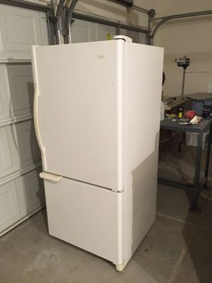 Whirlpool 19 cubic foot refrigerator for Sale in Livermore, CA
