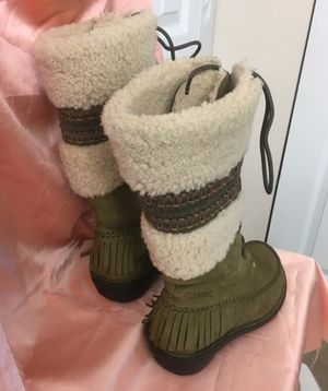 Very comfortable style boots UGGS real leather, real sheep fur, excellent foot pad. I bought them for $220 they're in great condition. Size 6. and wi for Sale in North Miami Beach, FL