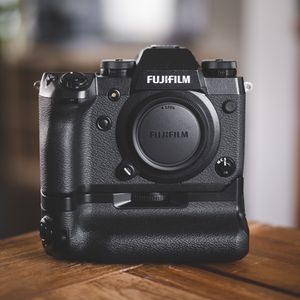 Fujifilm X-H1 w/ Grip (VPB-XH1) for Sale in Long Beach, CA