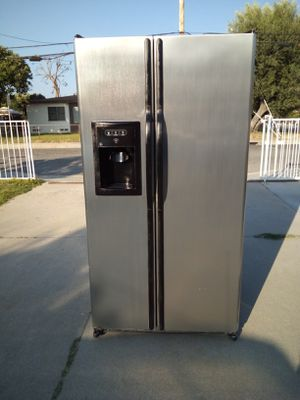 35 INCH-WIDE STAINLESS STEEL GE SIDE BY SIDE REFRIGERATOR ***DELIVERY AVAILABLE *** for Sale in Pomona, CA