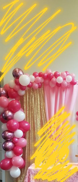 Latex balloon garland and 5 flowers still fresh good for a party today for Sale in Novi, MI