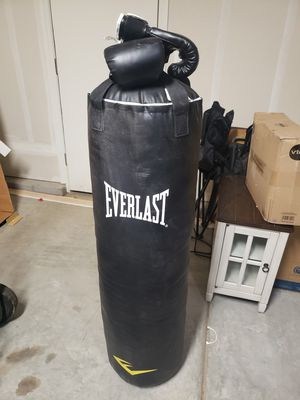 Everlast 100lb heavy bag and gloves for Sale in Clovis, CA