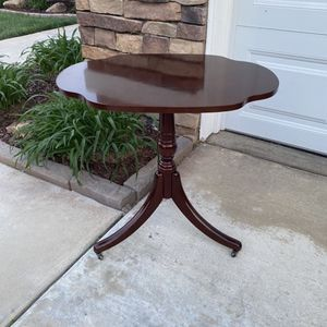 "SMALL VINTAGE ""THE BOMBAY COMPANY"" ACCENT TABLE W/ CASTER WHEELS for Sale in Corona, CA"
