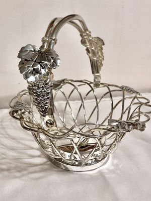 Godinger Grapes/Vine Woven Basket w/Handle for Sale in Raleigh, NC