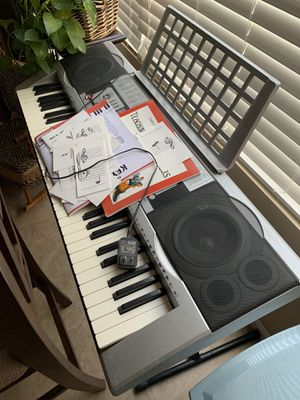 Sky 1036 keyboard with stand and books for Sale in Temecula, CA