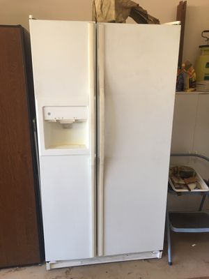 GE Side-by-Side Refrigerator, White for Sale in Oceanside, CA