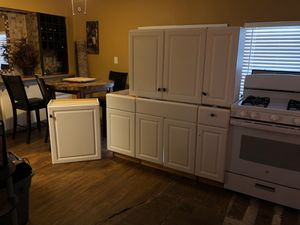 Kitchen Cabinets it's in hold until Friday 4:00 pm for Sale in Hemet, CA