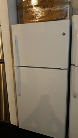 Ge top and bottom refrigerator brand new scratch and dent 6 months warranty for Sale in Halethorpe, MD