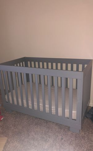 Baby crib that turns into bed for Sale in Detroit, MI