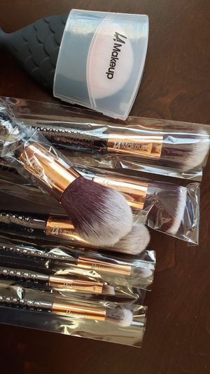 8 pcs black mermaid tail makeup brush set for Sale in Los Angeles, CA