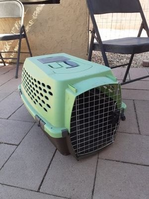 Dog or cat plastic carrier used for few times only. See pics for measurs HABLO ESPANOL. for Sale in North Las Vegas, NV