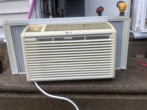 LG 5000 Btu air conditioner works good condition! for Sale in Philadelphia, PA