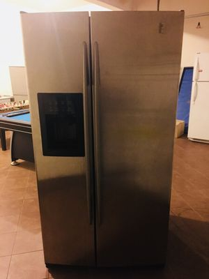 GE Refrigerator-(freezer doesn't work) Free for Sale in Manassas, VA