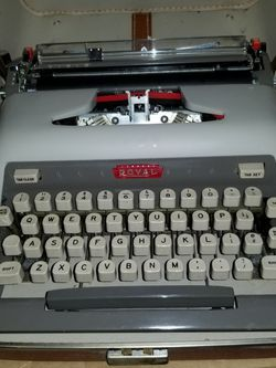 Typewriter Royal Futura 800 with case. 1960 Vintage for Sale in Redondo Beach,  CA