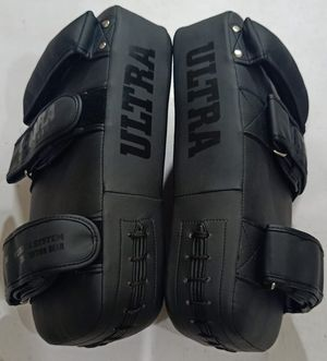 Boxing arm pads and gloves 18oz for Sale in Conroe, TX