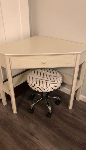 Corner desk with chair for Sale in Phoenix, AZ
