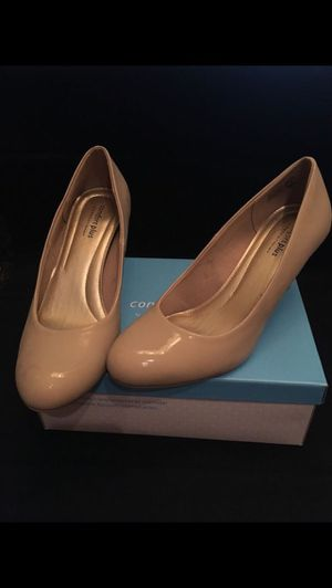 Women's 9W Karmen nude patent comfort plus by Predictions shoes pumps high heels for Sale in San Antonio, TX