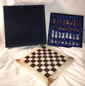 MARBLE CHESS SET W BOARD & VELVET BOX- VINTAGE CREAM MARBLE & BROWN CHESS PIECES for Sale in Barnegat, NJ