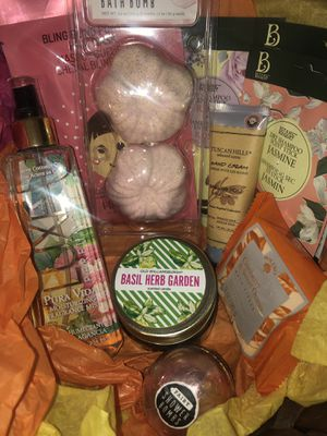 GIFT BASKET WITH TEN BEAUTY ITEMS for Sale in Charlotte, NC
