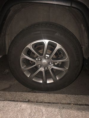2015 Jeep Grand Cherokee 18inch wheels CAPS AND TPMS SENSORS , right side rim has scratches , tires are okay for Sale in Queens, NY
