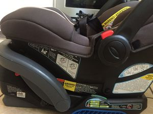 Infant Graco Snugride Snuglock 35 carseat with Graco Base. for Sale in Hartford, CT