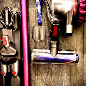 Dyson V7 Cordless Vacuum + 3 Accessories & Charging Mount for Sale in Clermont, FL