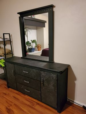 **pending pick up*****Dresser and mirror FREE for Sale in Virginia Beach, VA
