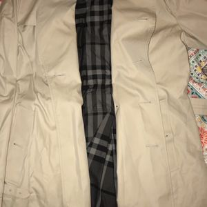 BURBERRY WOMENS TRENCH COAT for Sale in Hartford, CT
