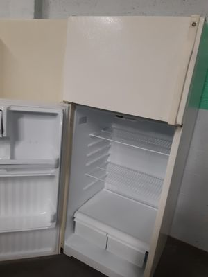GE TOP FREEZER REFRIGERATOR IN EXCELLENT CONDITION WORKING PERFECTLY for Sale in Baltimore, MD