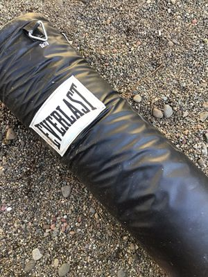 EVERLAST punching bag 70lb for Sale in Des Moines, WA