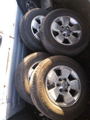 Toyota 4 runner rims and tires 2004 for Sale in Hialeah, FL