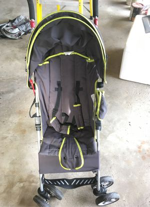 Folding umbrella stroller with storage underneath harness for Sale in Mokena, IL