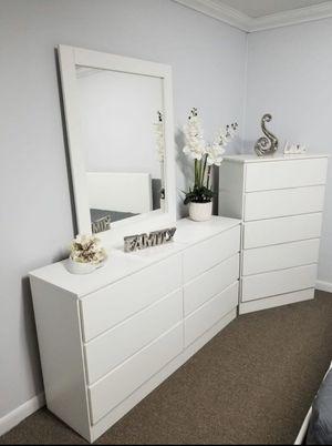 Dresser with mirror and chest- Cómoda con espejo y gavetero for Sale in Pembroke Pines, FL