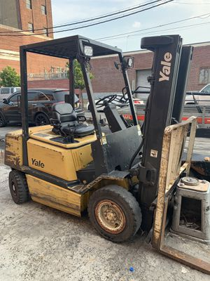 Meant condition forklift two story one for Sale in New York, NY