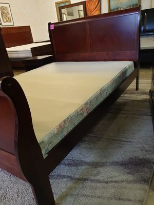 Queen size bedroom set cherry wood 6 pieces in excellent condition for Sale in Lauderhill, FL