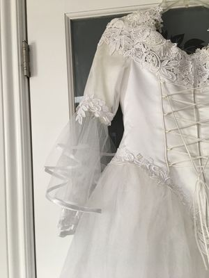 Wedding dress and veil size 8 with skirt for Sale in Marysville, WA