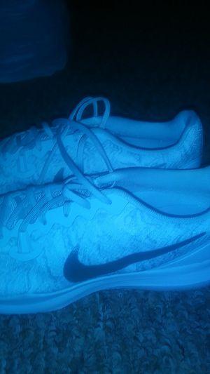 Size 9 silver white Nike sjoe for Sale in Orlando, FL