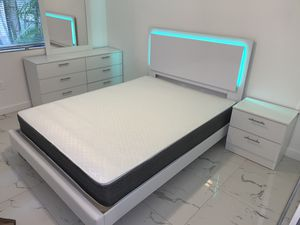 New GLOSSY 5 piece queen bedroom set FREE DELIVERY. Bed frame, mattress, night stand, dresser, mirror for Sale in Hollywood, FL